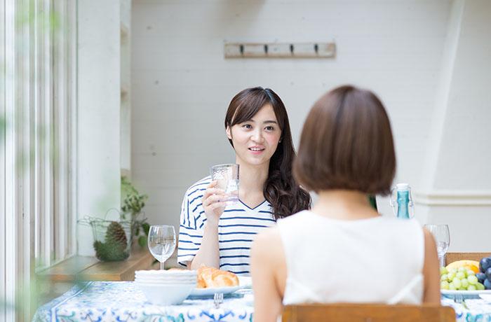 カフェで話をする女性